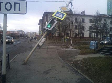 В Магадане водитель эвакуатора снес пять фонарных столбов с светофорами на 1,2 млн рублей в Магадане « автомагадан