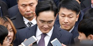 Samsung Group chief, Jay Y. Lee (C).