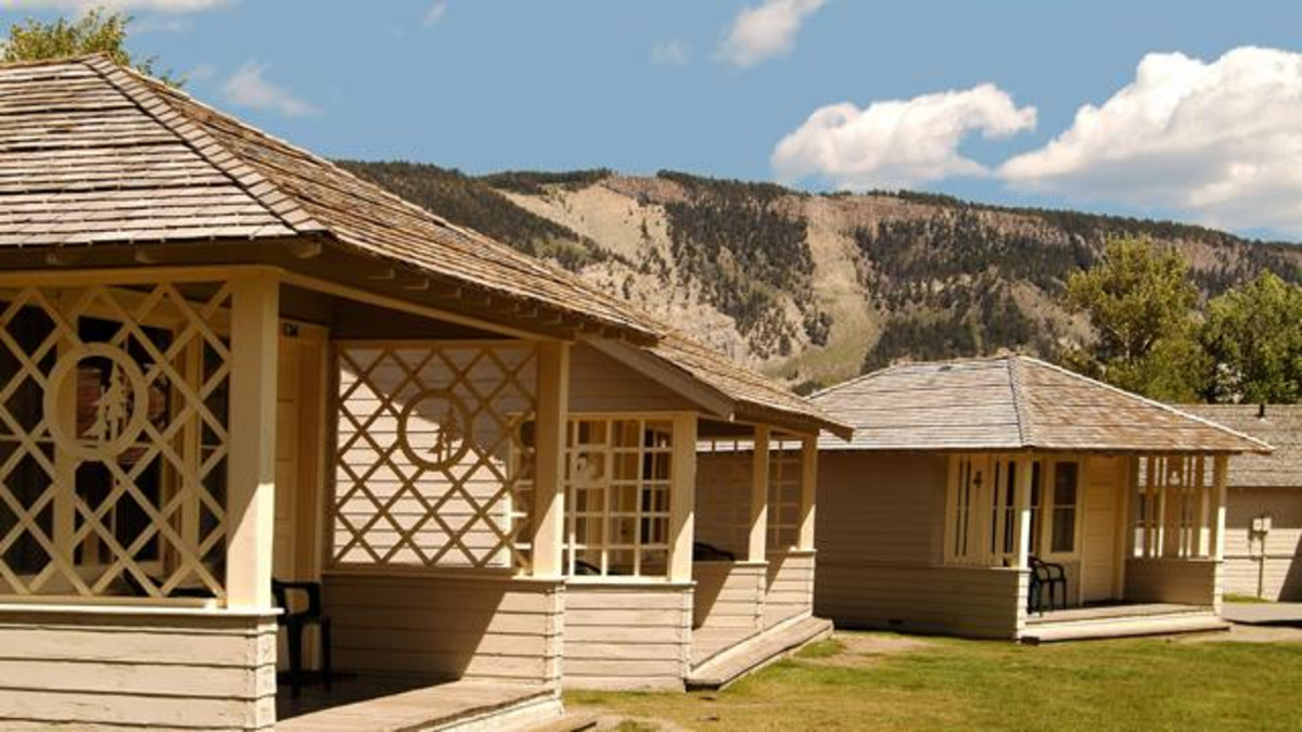 Mammoth hot springs hotel cabins yellowstone travel for Mammoth hot springs hotel cabins