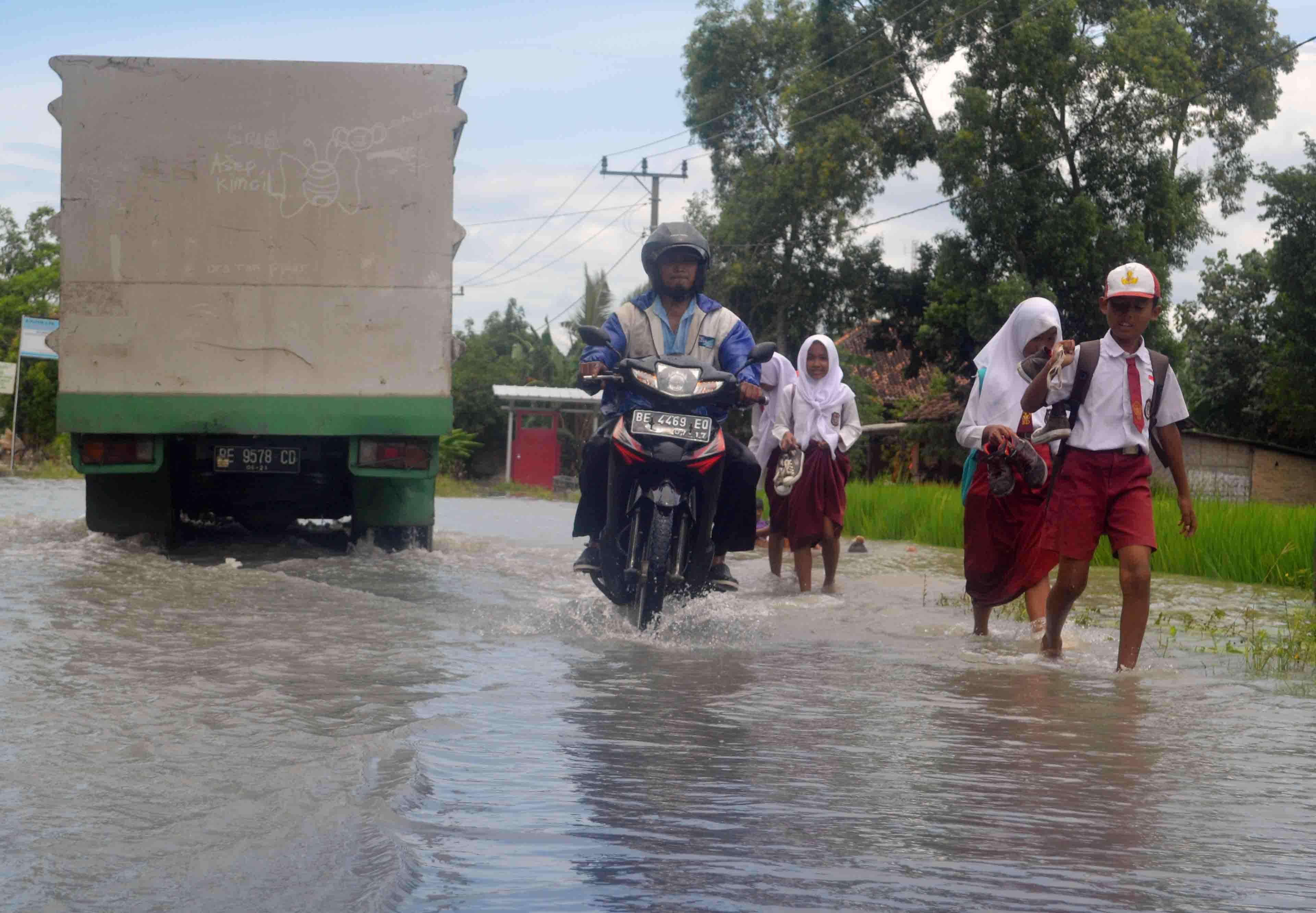 Kondisi Jalan utama Kecamatan Way Panji yang terendam banjir.