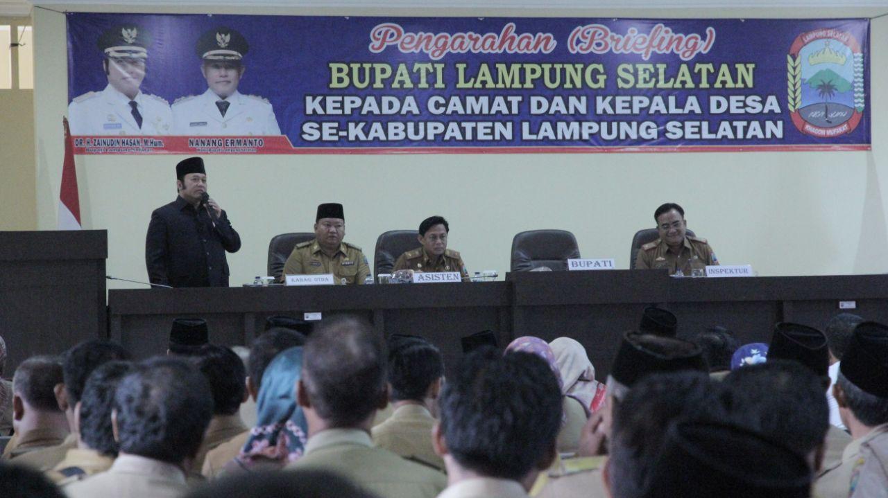 Bupati Lampung Selatan, DR. H. Zainudin Hasan sampaikan arahan kepada seluruh Camat dan Kepala Desa se-Kabupaten Lampung Selatan.