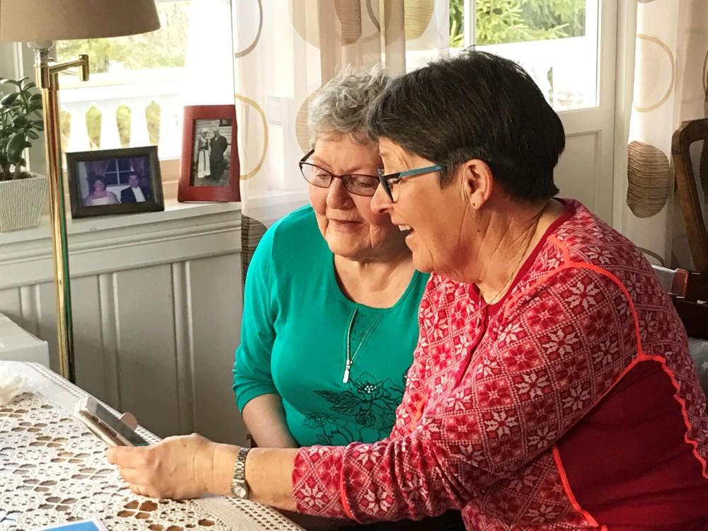 Helga Forslund og Line Ebbel har stor glede av Trygge-appen.
