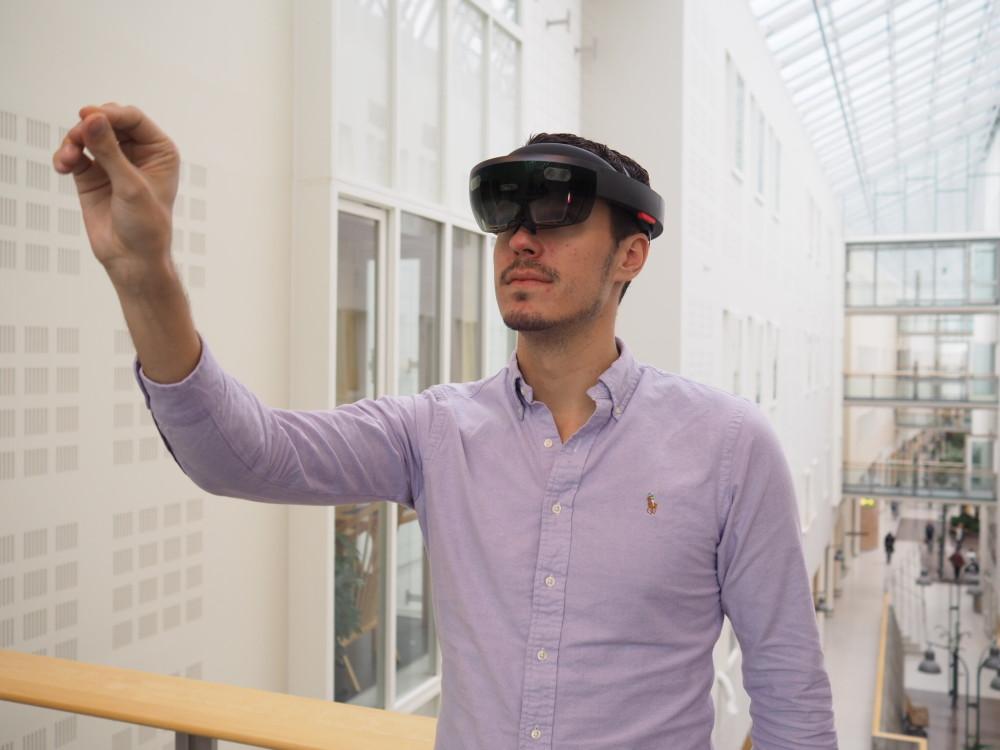 MSU alumn Christopher Tannum demonstrerer bruke av HoloLens. Foto: Kingsley Dankwah/Sopra Steria