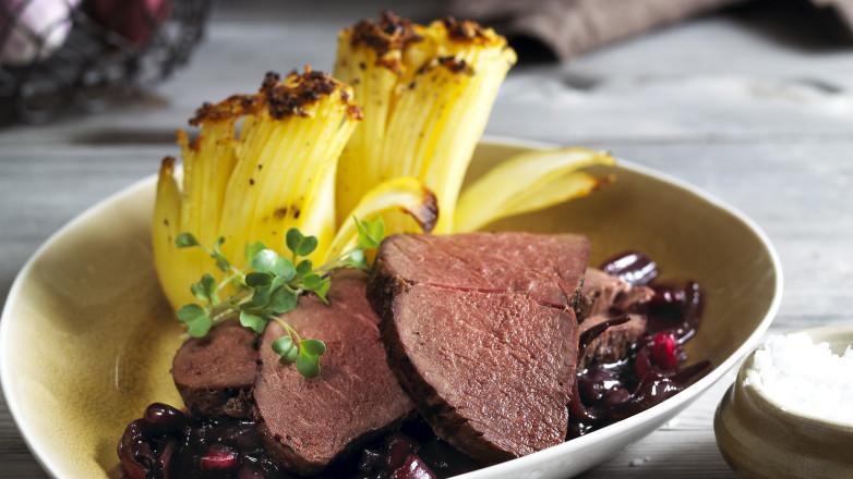 Reinsdyr flatbiff med hasselback poteter