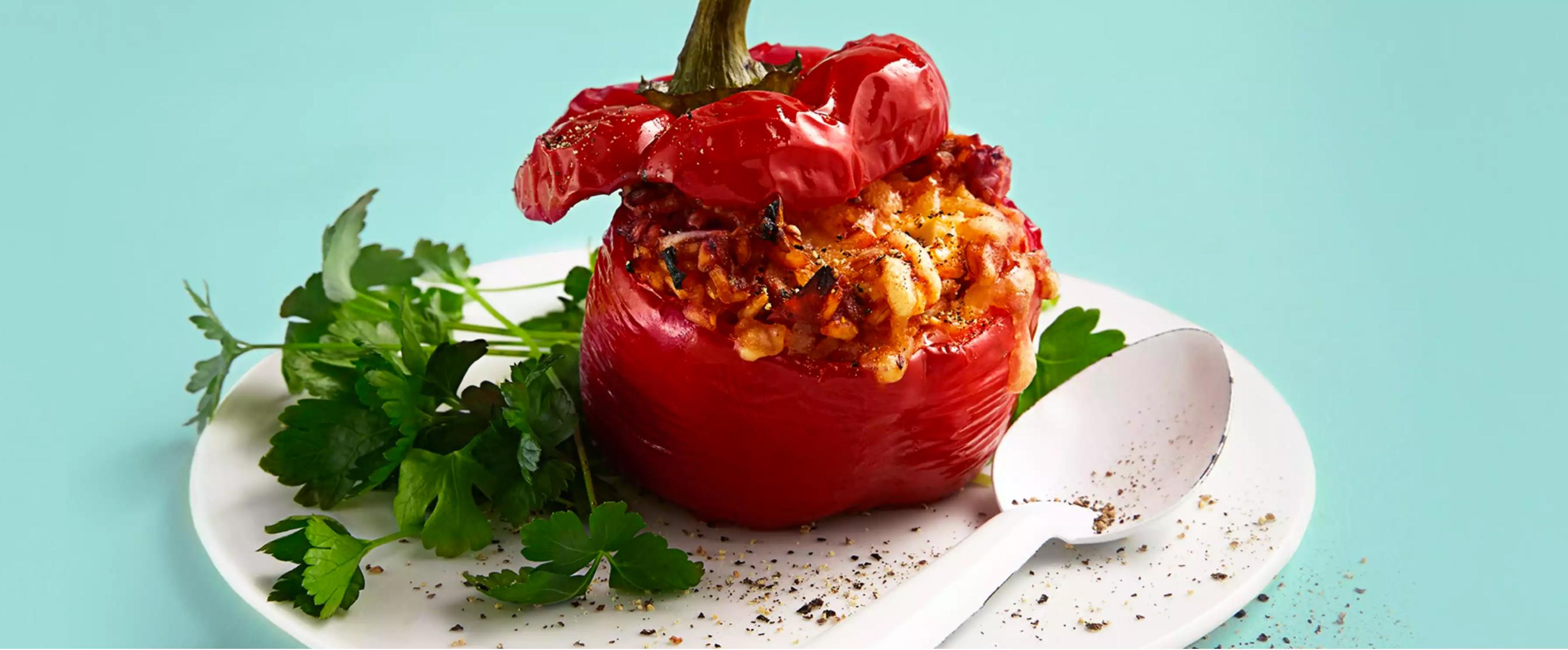 Fylt paprika med fullkornsris, chili og ost er en super kilde til både c-vitamin og kostfiber.