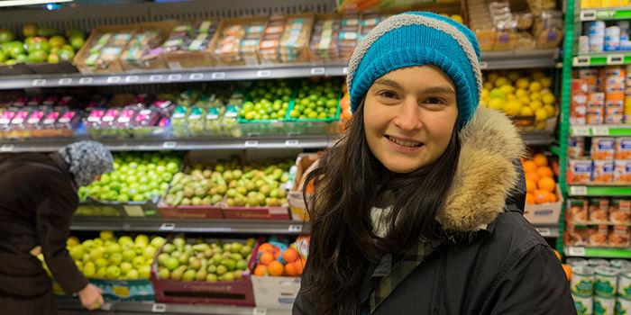 SJEKKER PRIS: Martina Bonesi har sjekket butikkjedene i nærområdet, og handler på KIWI som hun oppfatter som billigst. FOTO: KIWI