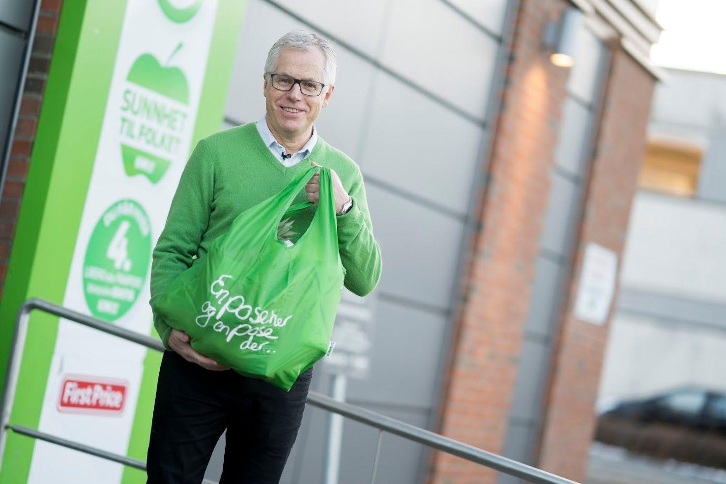 KIWI-sjef Jan Paul Bjørkøy er glad for å kunne tilby kundene både gjenbruksnett og bæreposer i papir.