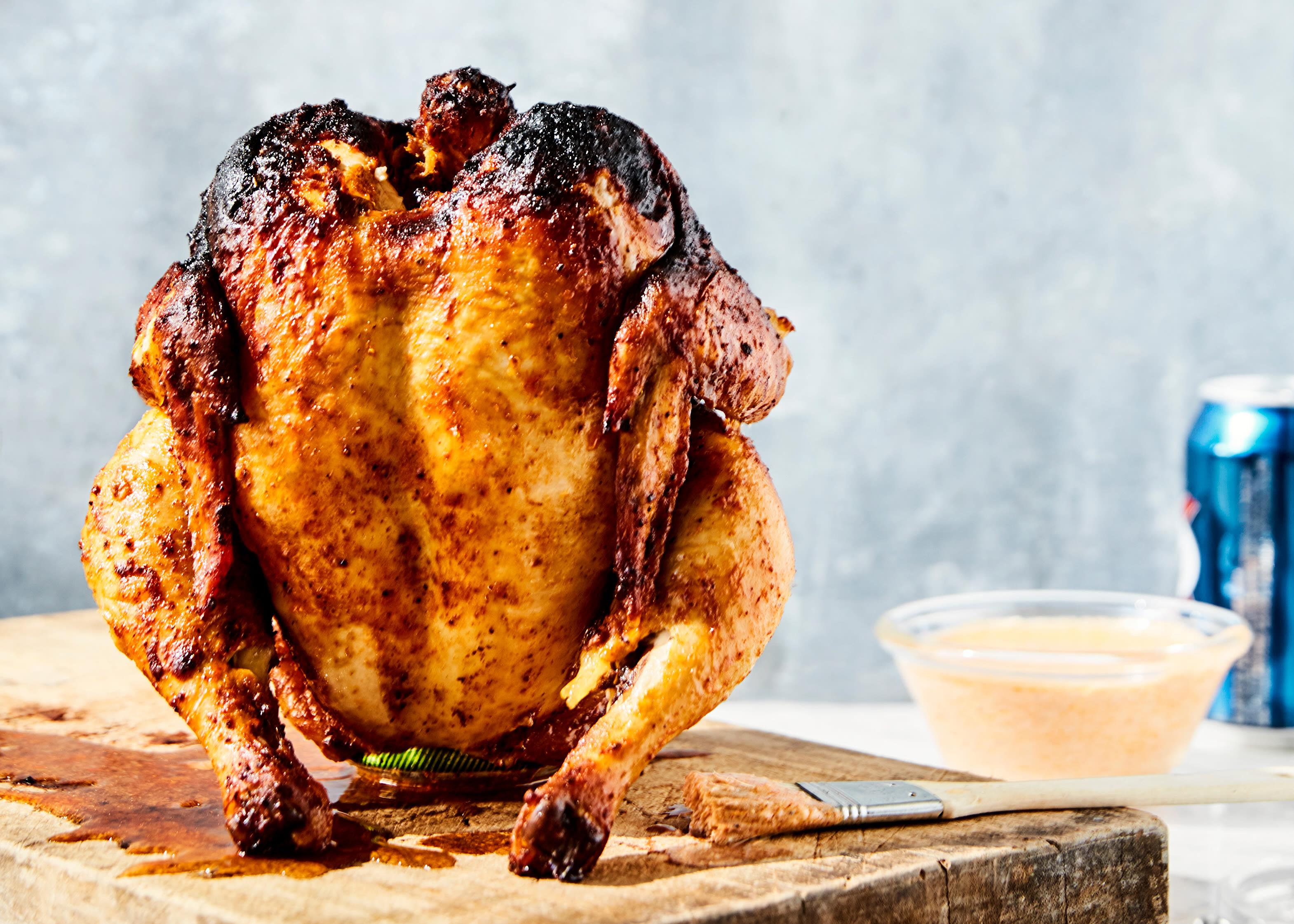 SAFTIG GRILLMIDDAG: Kylling kan grilles hel. Og ekstra saftig får du den om du griller den sammen med en boks med øl!