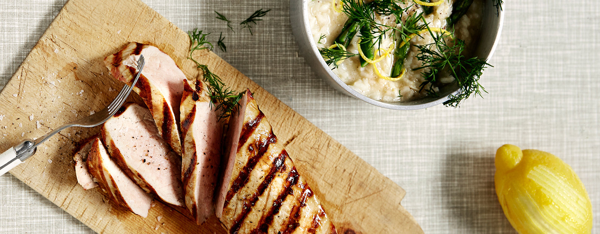 Grillet svinefilet og risotto med grønn asparges og dill.