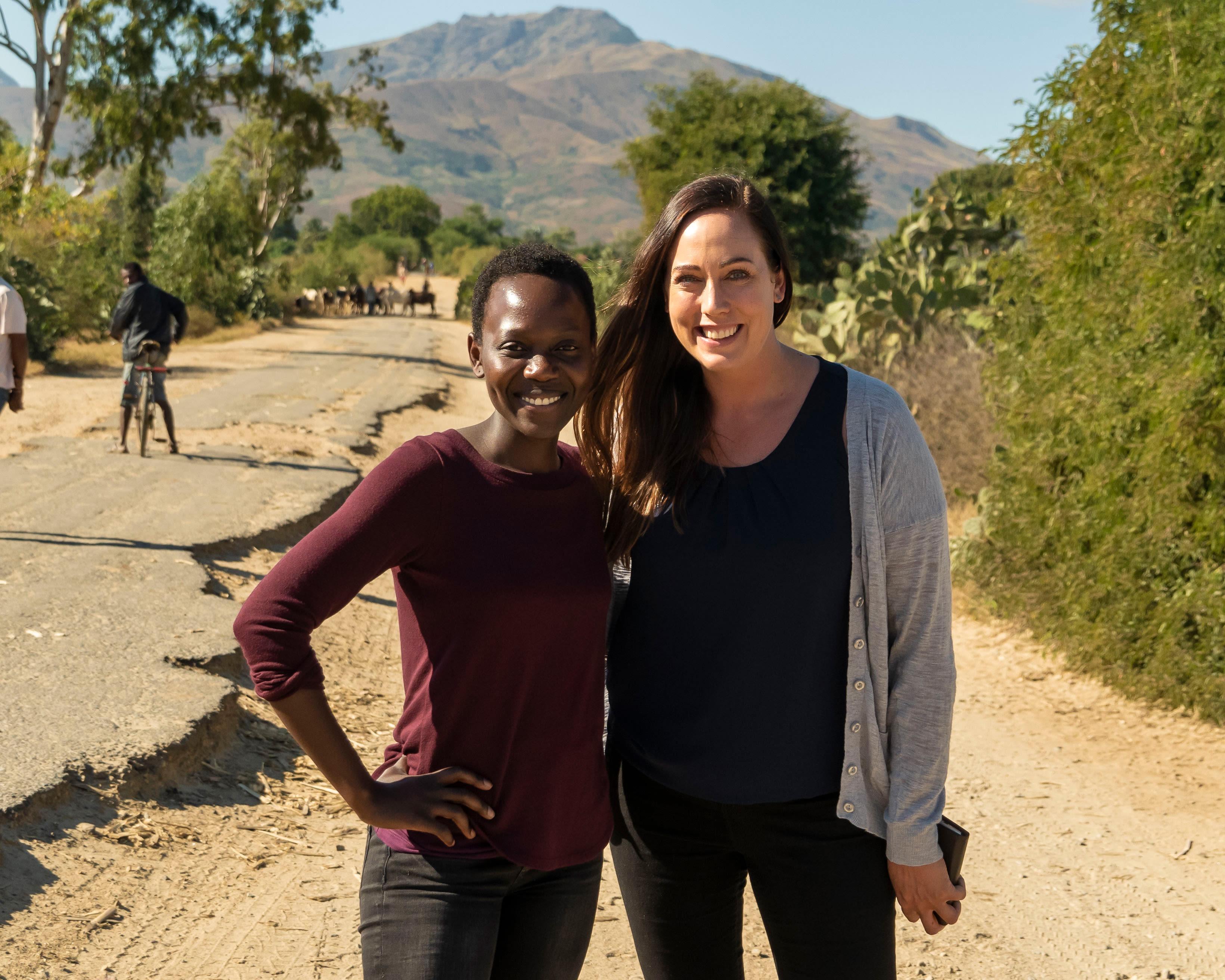 Butikkmedarbeider Mercy Oginere og assisterende butikksjef Linda M. Jensen reiste med KIWI og UNICEF til Madagaskar for å se resultatet av det pågående vannprosjektet der nede.