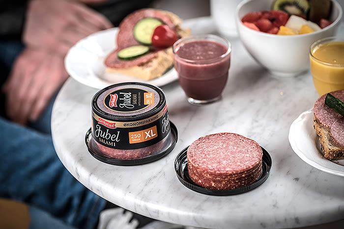 Jubelsalami fra Grilstad har lang holdbarhet, kommer godt ut i ernæringstester og kommer blant annet i en stor og praktisk bordpakning med nok salami til hele familien.