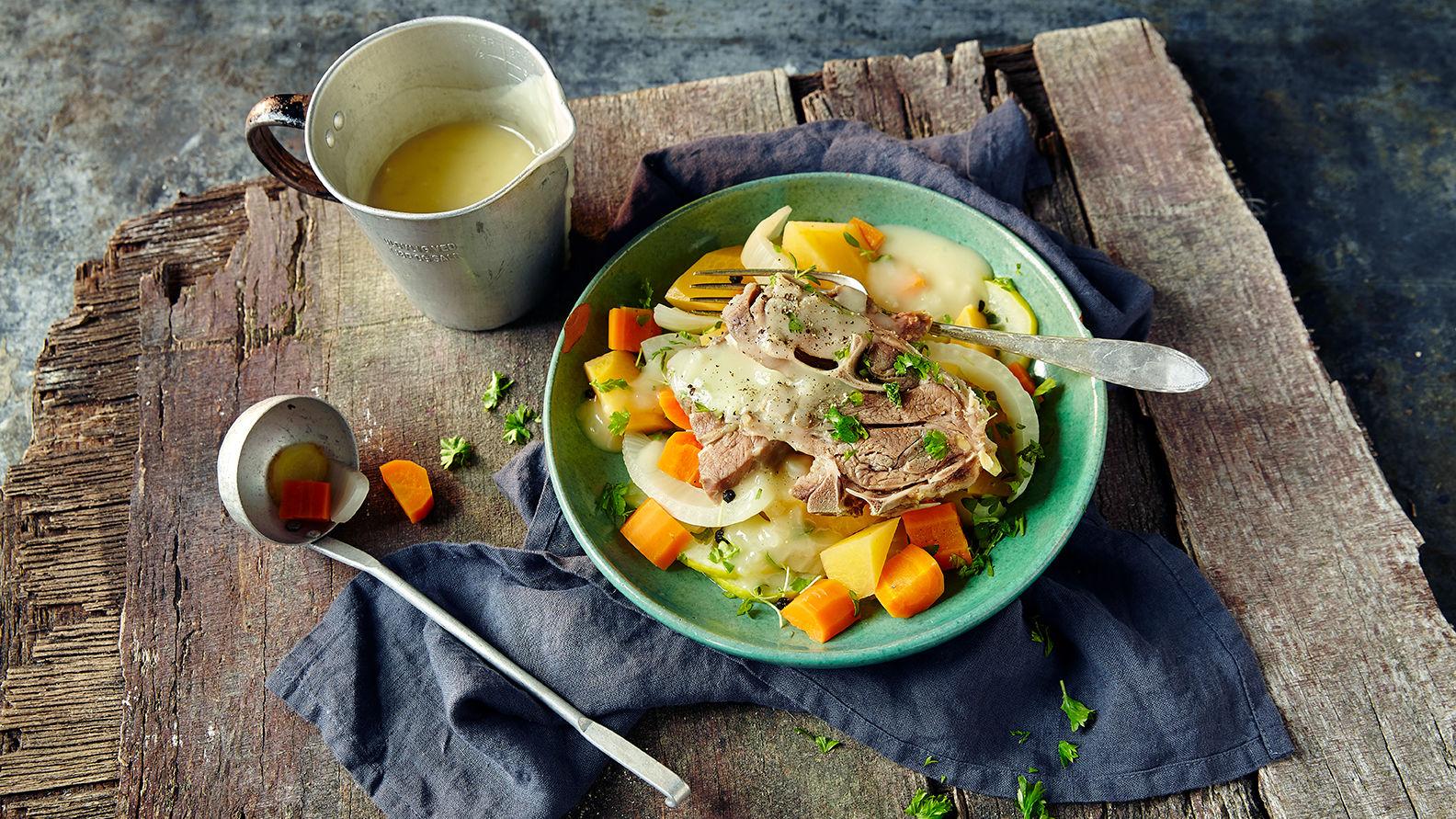 Salt lammekjøtt med lettkokte grønnsaker og sursøt saus.
