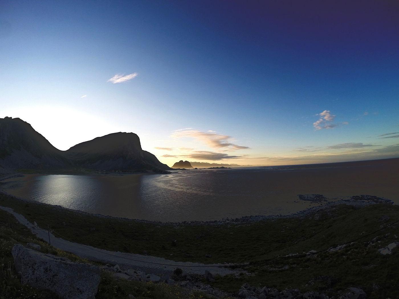 Lofoten fra yttersiden. Utsikten fra Værøy er magisk uansett hvor man står.
