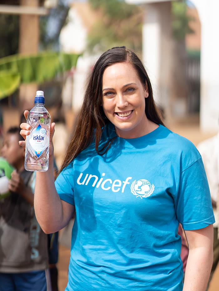 For hver Isklar med UNICEF-logo som selges på KIWI, doneres 2 kr til KIWI og UNICEFs vannprosjekt.