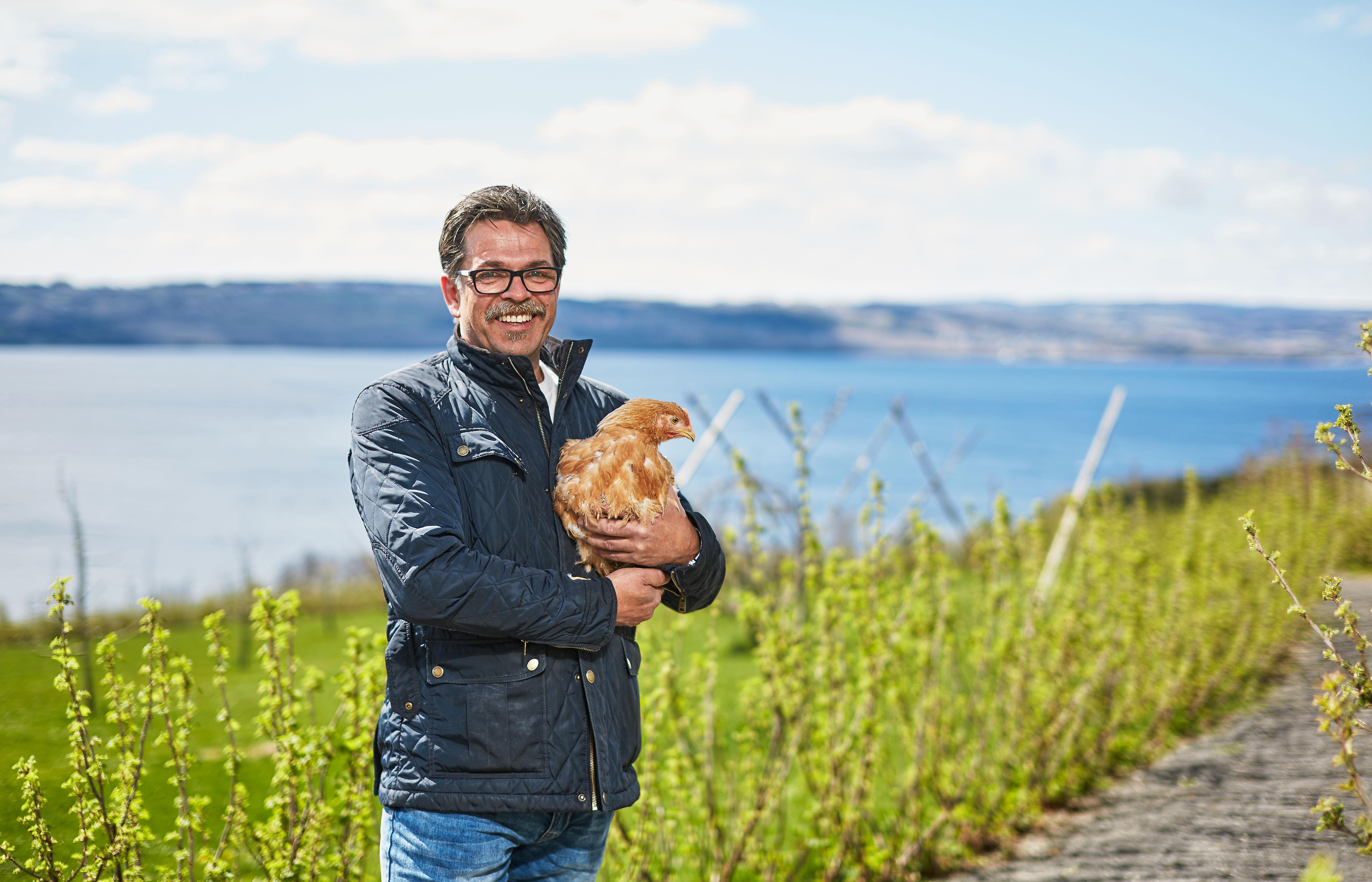STOLT: Ferskvaresjef i KIWI, Harald Bregner, gleder seg over å kunne tilby økologisk kylling fra Hovelsrud i et utvalg KIWI-butikker. Her besøker han gården.
