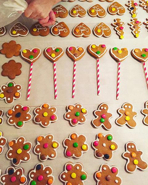 En billig (og trivelig) julekalender får du hvis dere baker pepperkaker sammen, pynter dem og henger opp i en tråd 1. desember. Barna får spise én pepperkake hver dag frem til julaften. Foto: @Bakepiken/instagram