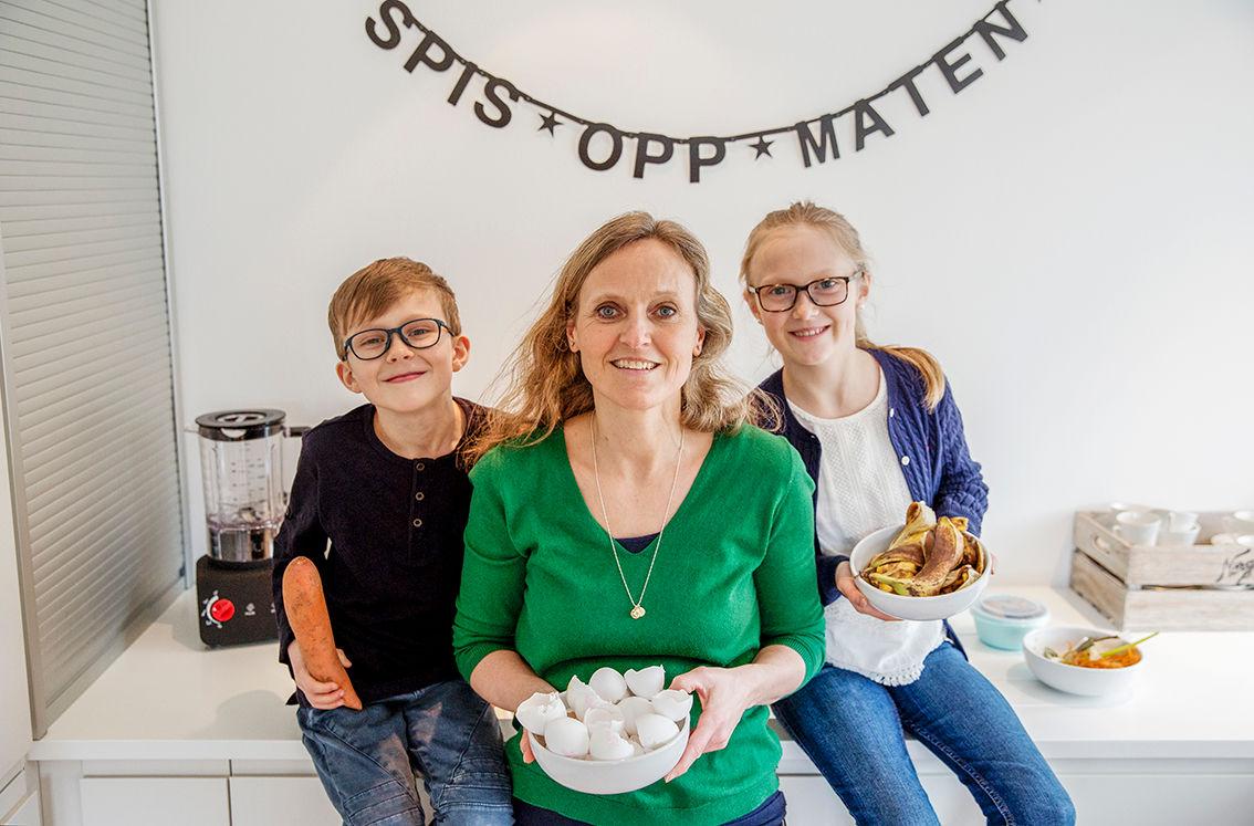 Sammen med barna Matilde og Oskar driver Mette Nygård Havre Facebook-siden «Spis opp maten» som har som målsetting å begrense matsvinn. FOTO: Tove K. Breistein