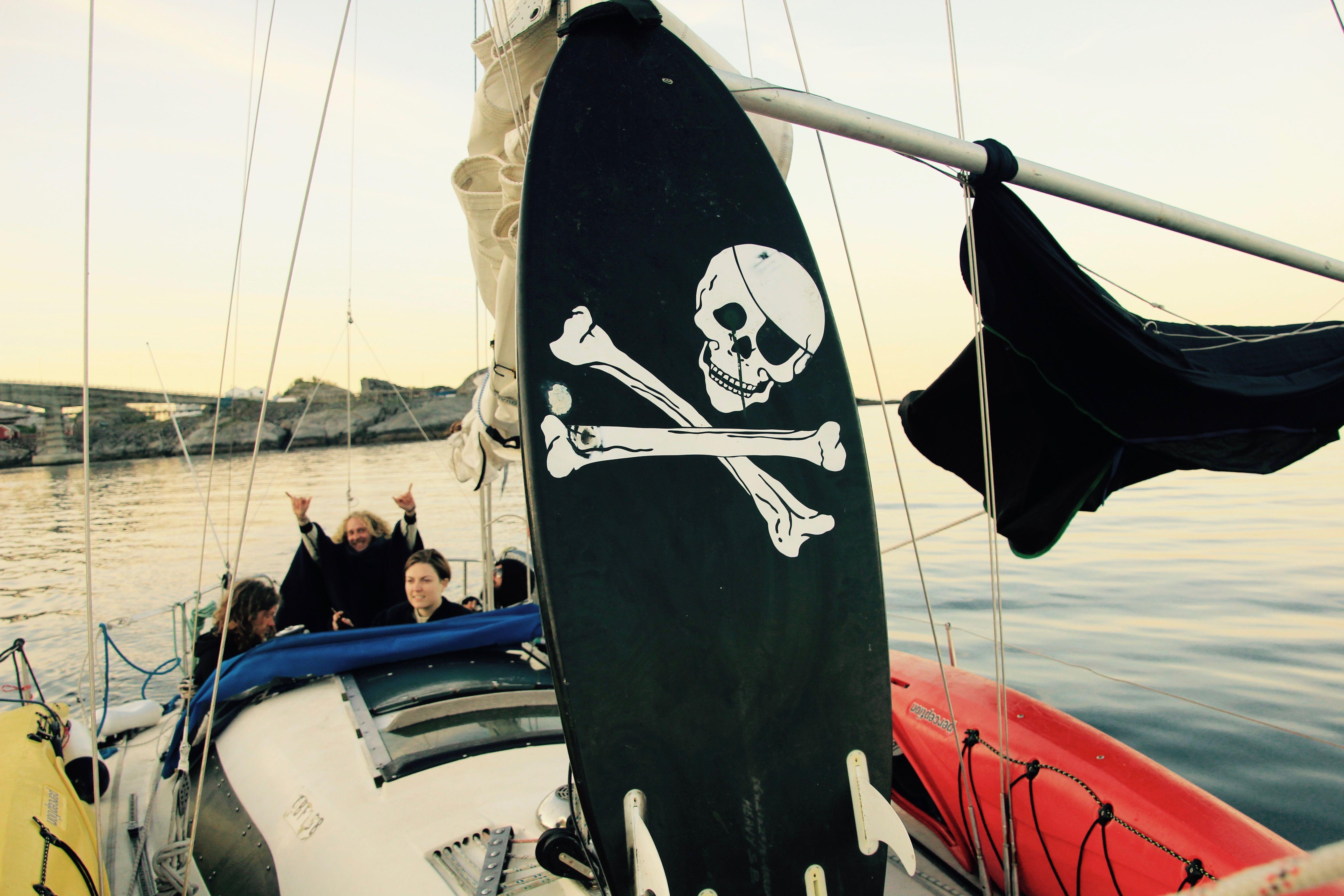Da vi gled inn Reinefjorden heiste Karoline flagget, for å signalisere at vi mente alvor.