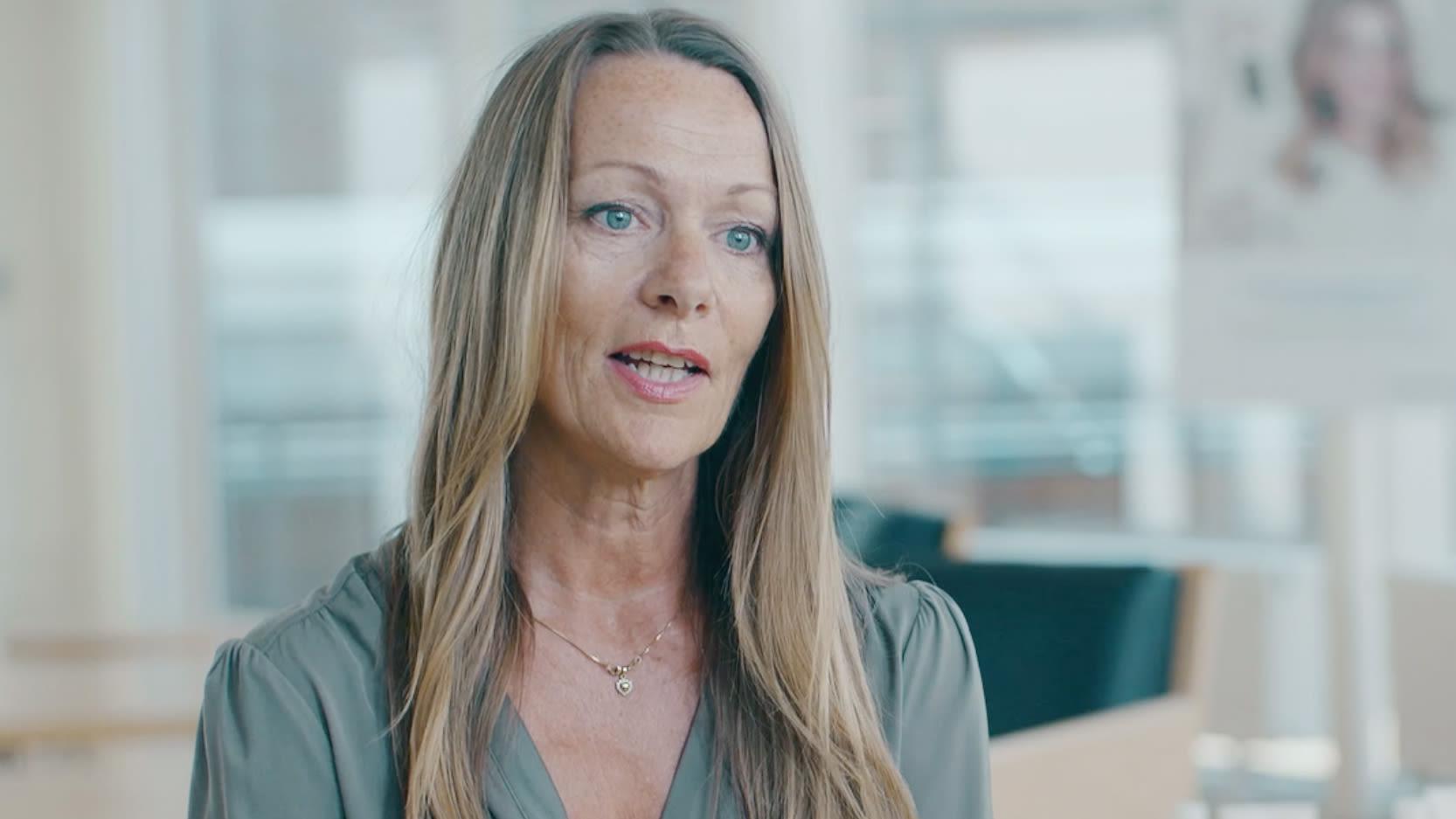 KVALITETSKRAV: Frisør og teamleder Lise Holm-Glad forteller om en omstendelig testprosess der ingen produkter kommer gjennom før de er kategorisert som «veldig bra» eller «ekstremt bra».