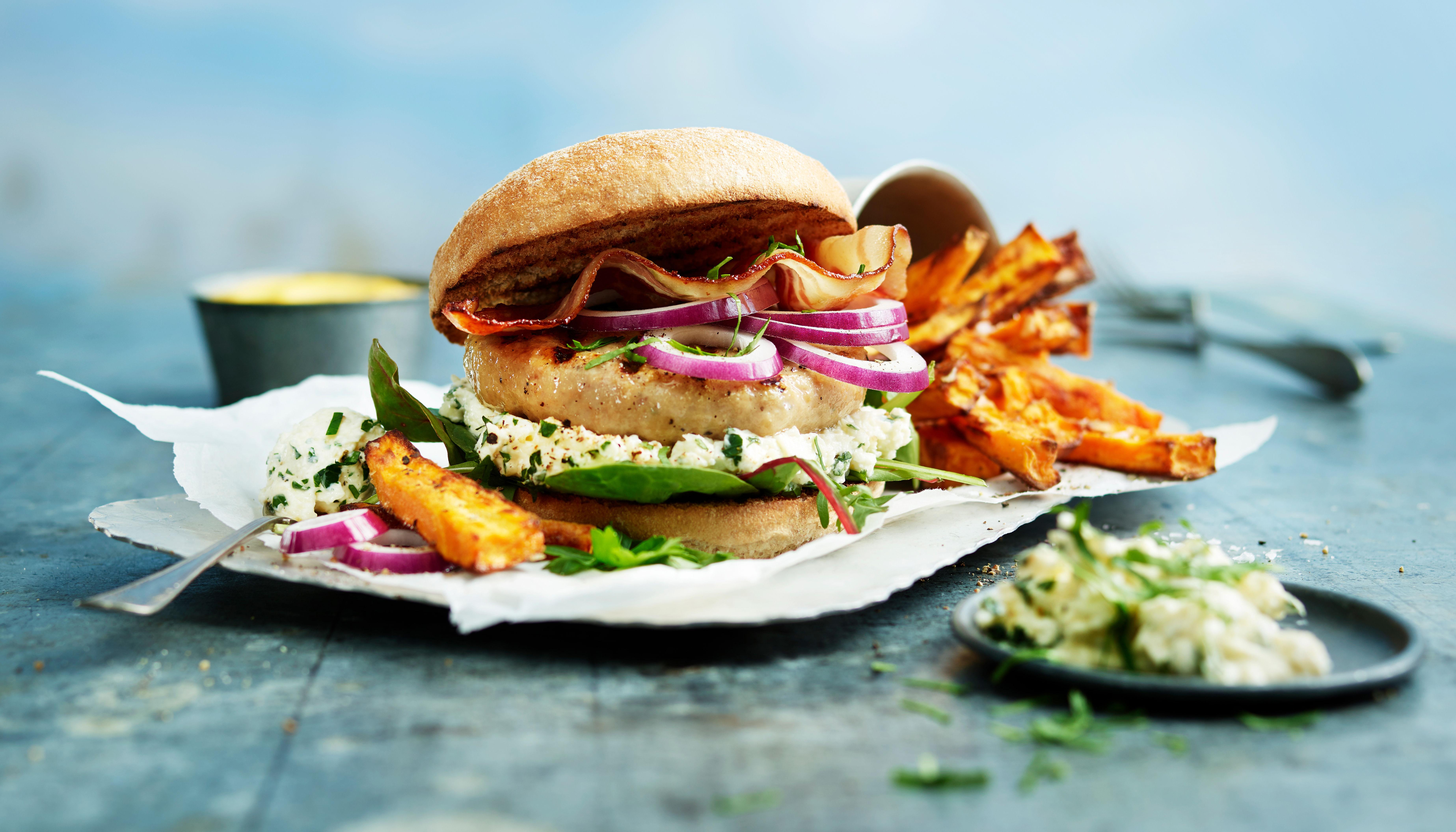Kyllingburger med søtpotetfries er en av årets favorittburgere fra KIWI.