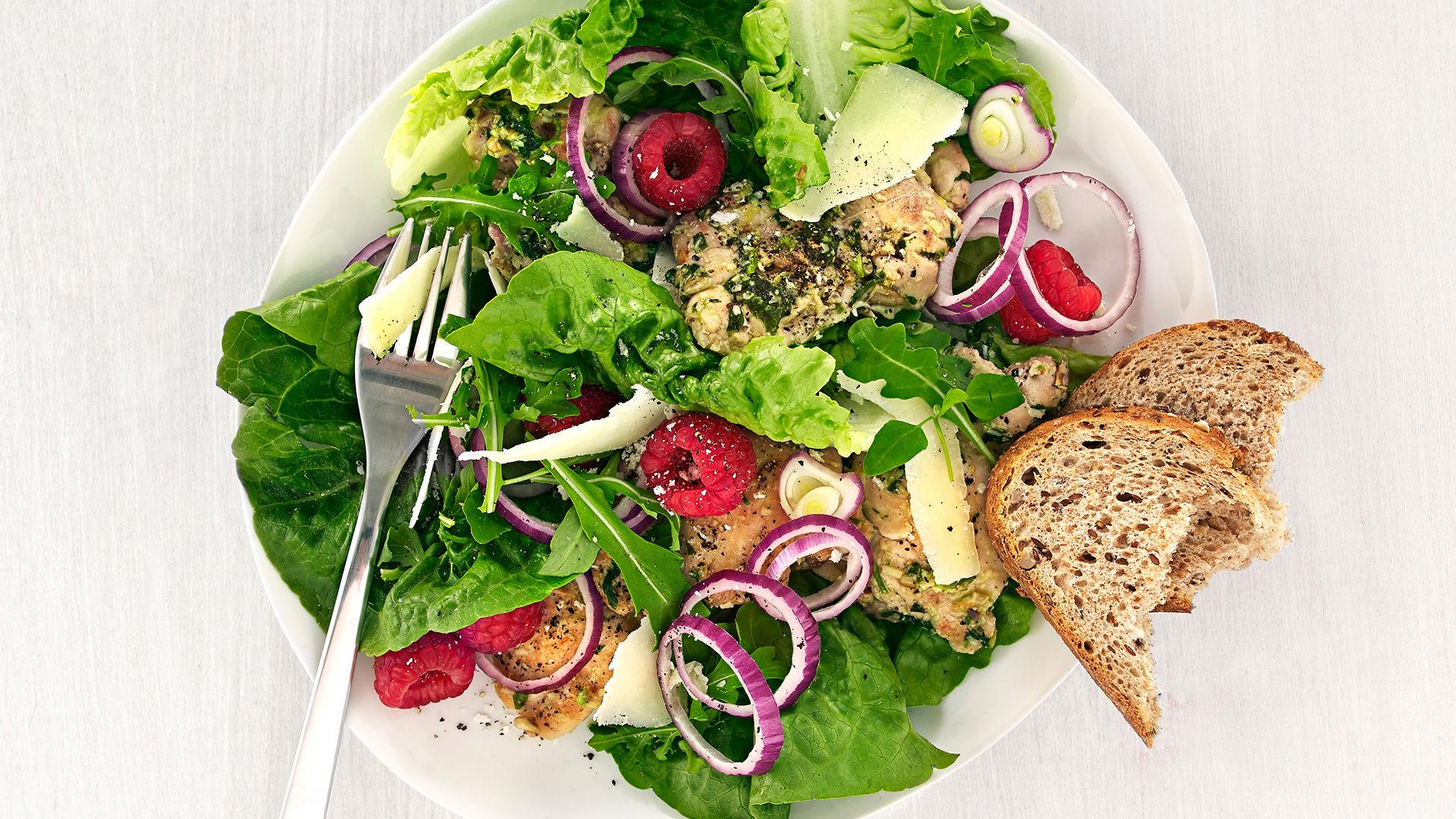 Kyllinglårfilet med urtepesto og bringebærsalat