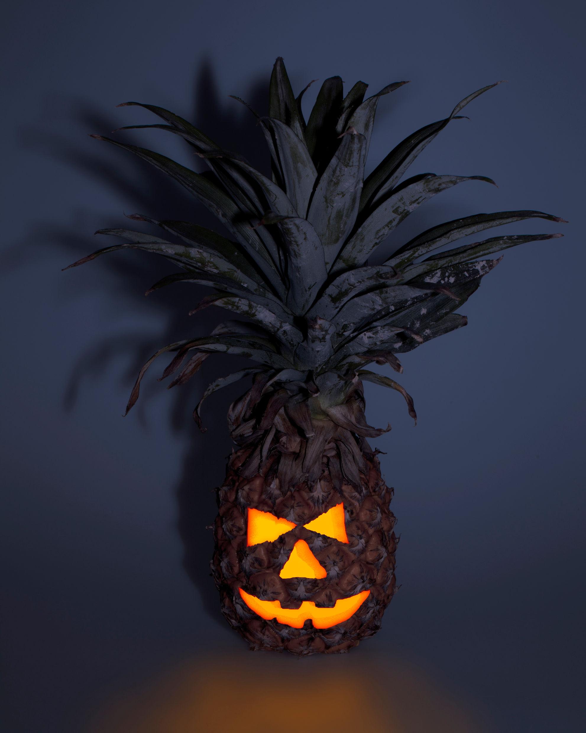Ananasen kan være litt vrien å skjære ut, men gjett om den blir skummel! Foto: iStock
