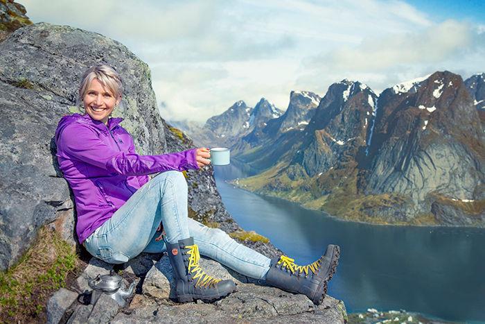 Tina til topps på Reinebringen i olabukse og gummistøvler.