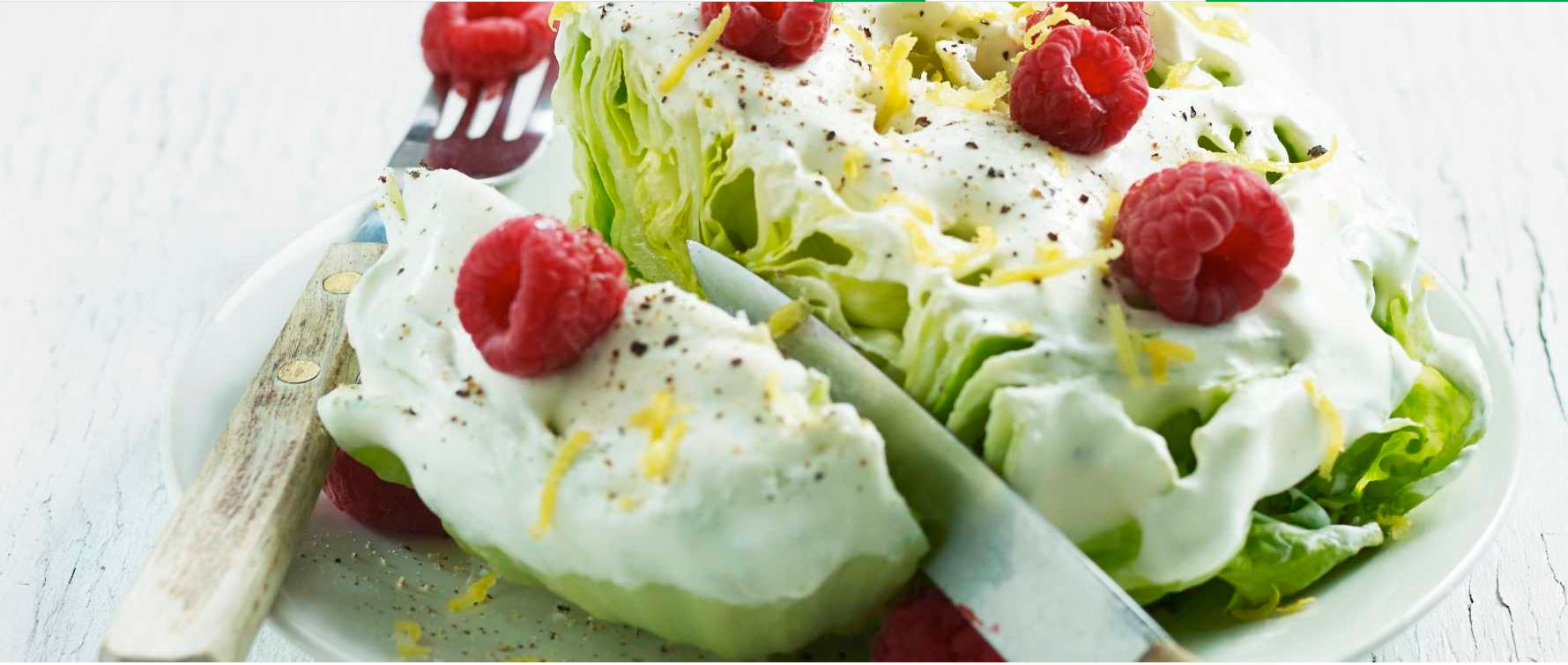 Bringebær er et friskt tilskudd til salaten.