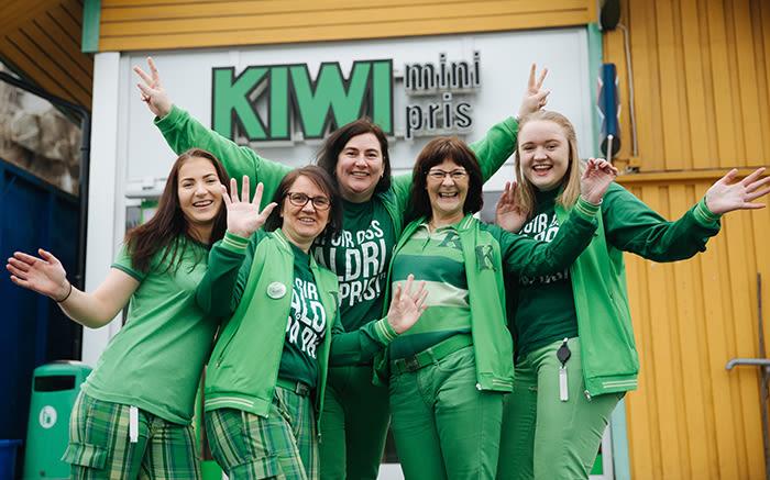 Butikksjef Bente Buskoven og hennes medarbeidere på KIWI Vesterøy gleder seg også til påske.