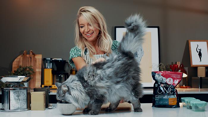 Trude Mostue anbefaler å gi katten en kombinasjon av våt- og tørrfôr.