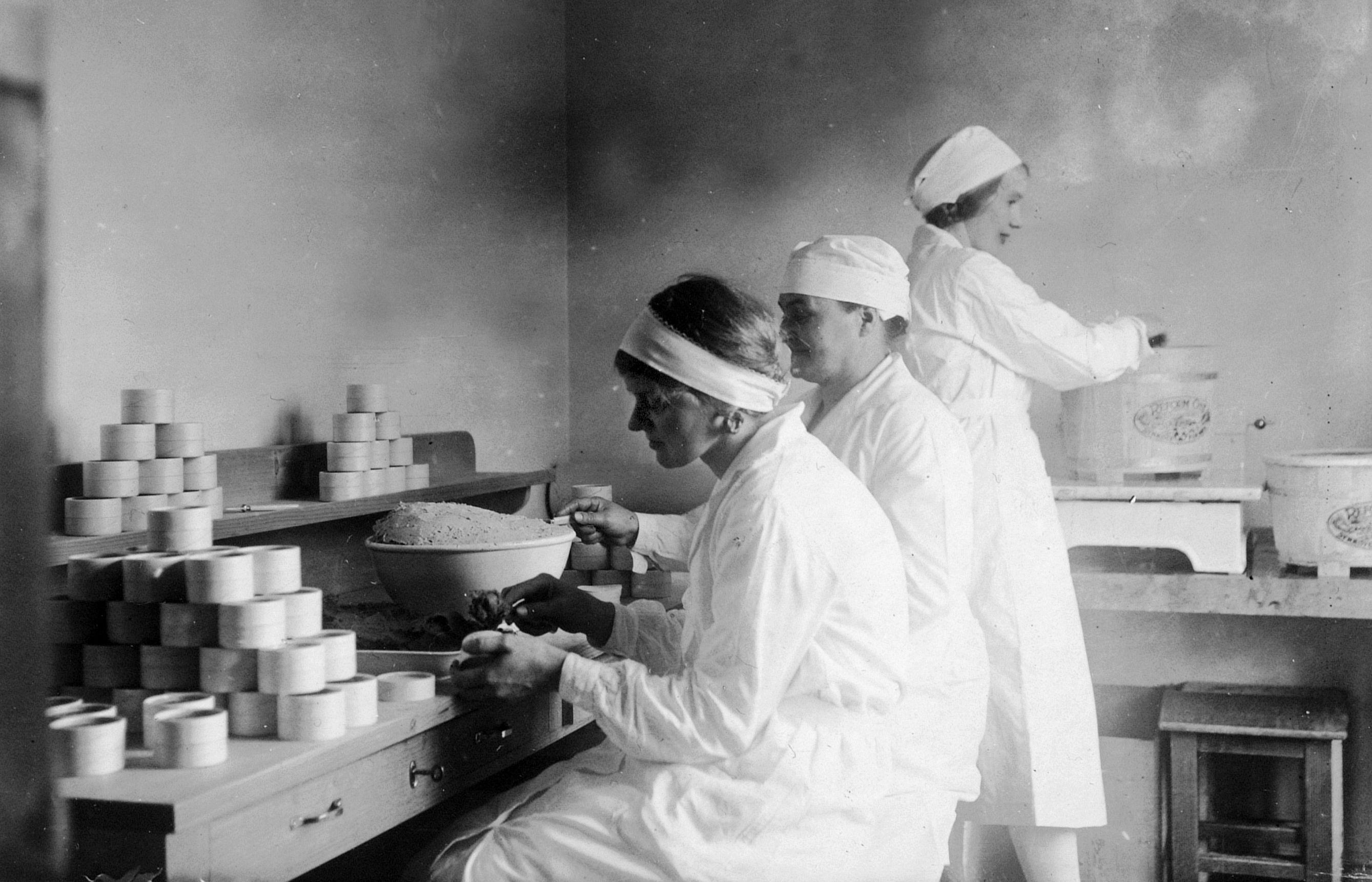 På 30-tallet produserte de ansatte ost under dårlige kår og med lav lønn, men Pernille og Synnøve stod for alle måltider, og lot arbeiderene bo gratis.