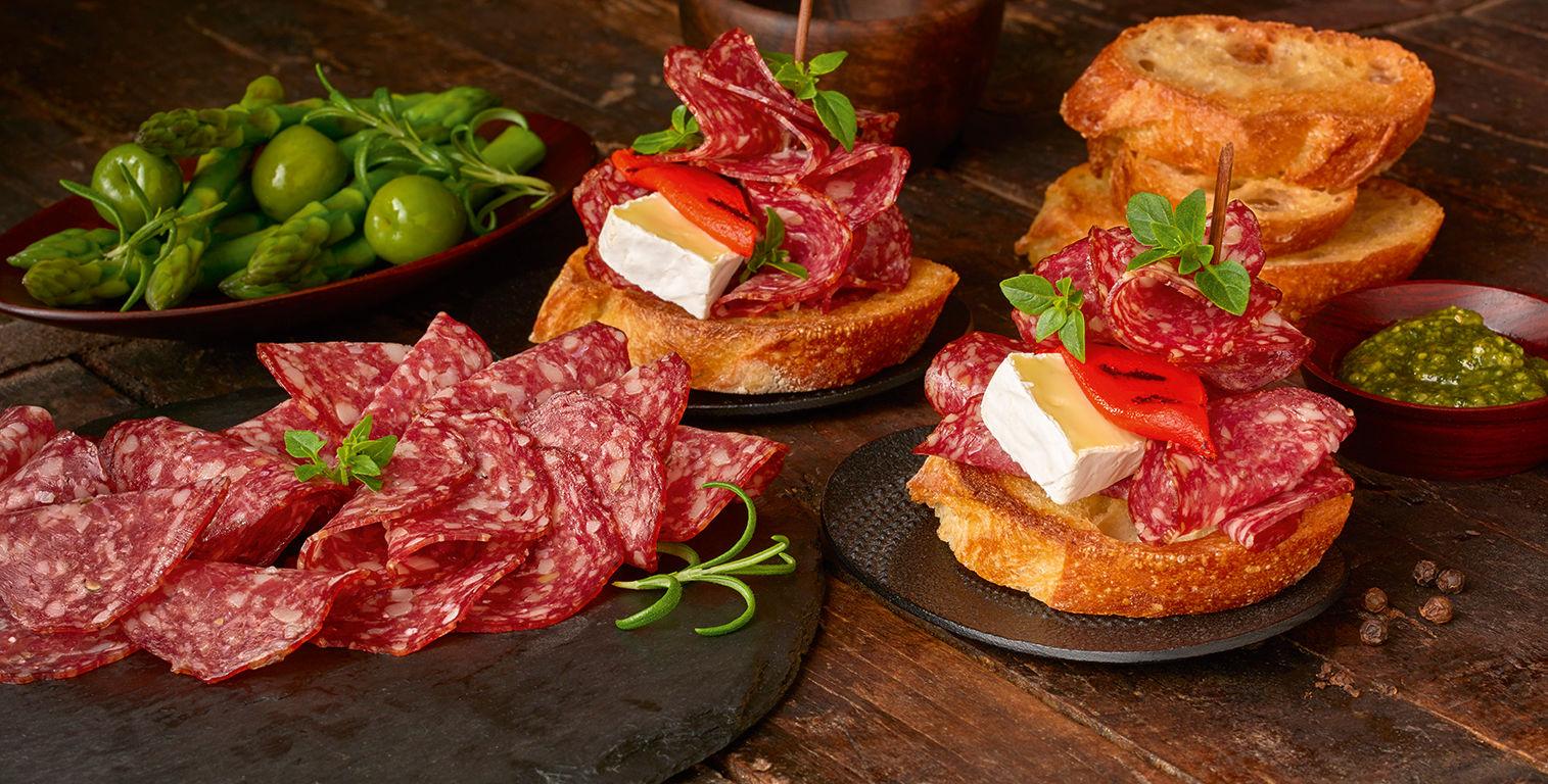 For første gang er det blitt laget en egen salami på Stranda. Grilstad har også laget en salami med smak av Italia.
