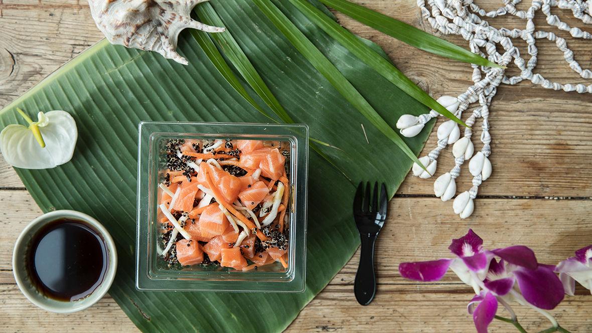 Du får Poke som fiskesalat med rå laks og quinoa og fiskesalat med rå laks og byggryn hos KIWI.