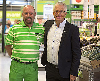 Butikksjef Oddbjørn Halbjørhus sammen med KIWI-sjef Jan Paul Bjørkøy