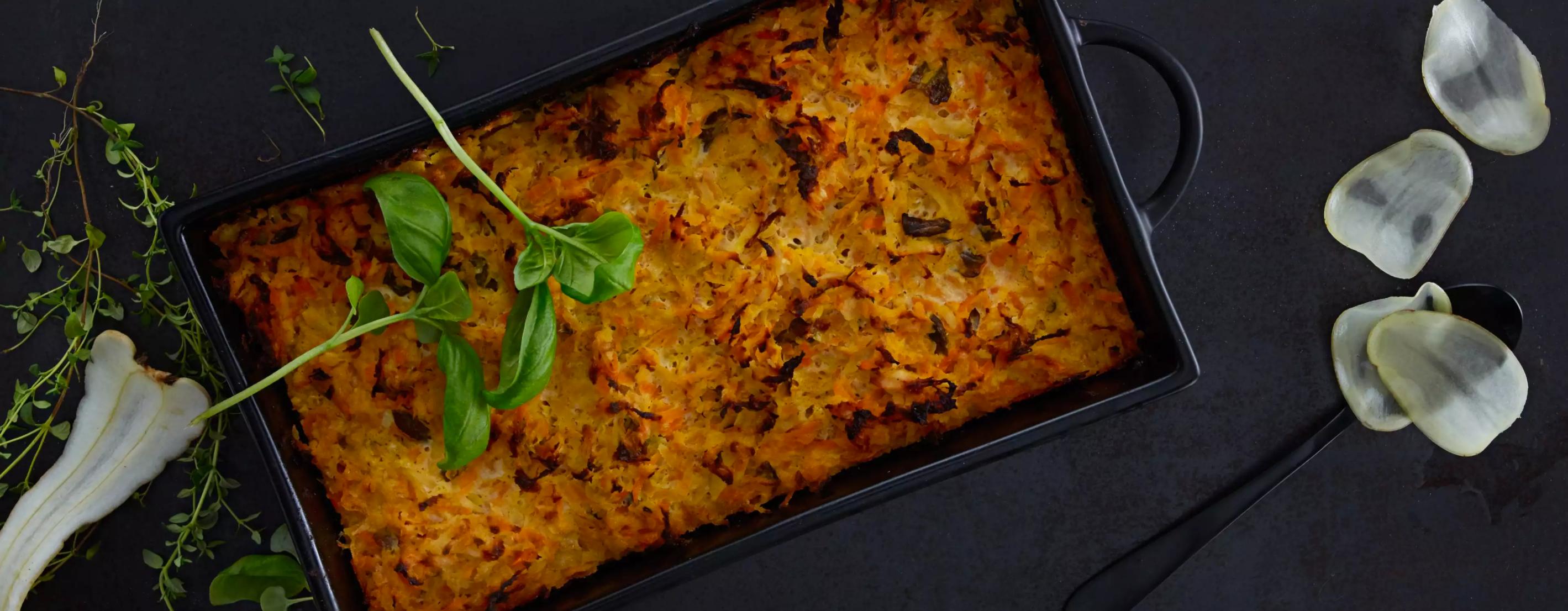 Kake av rotgrønnsaker med kremost og urter.