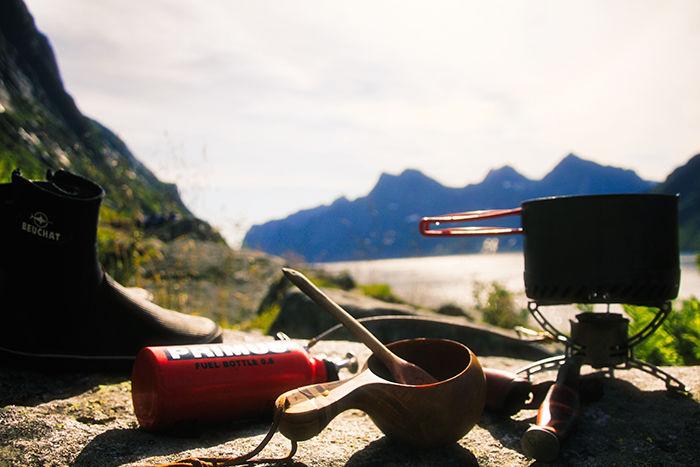 Sommeren i Lofoten byr på mange opplevelser og stor frihet. Her forberedes lunsjen dypt inne i magiske Reinefjorden.