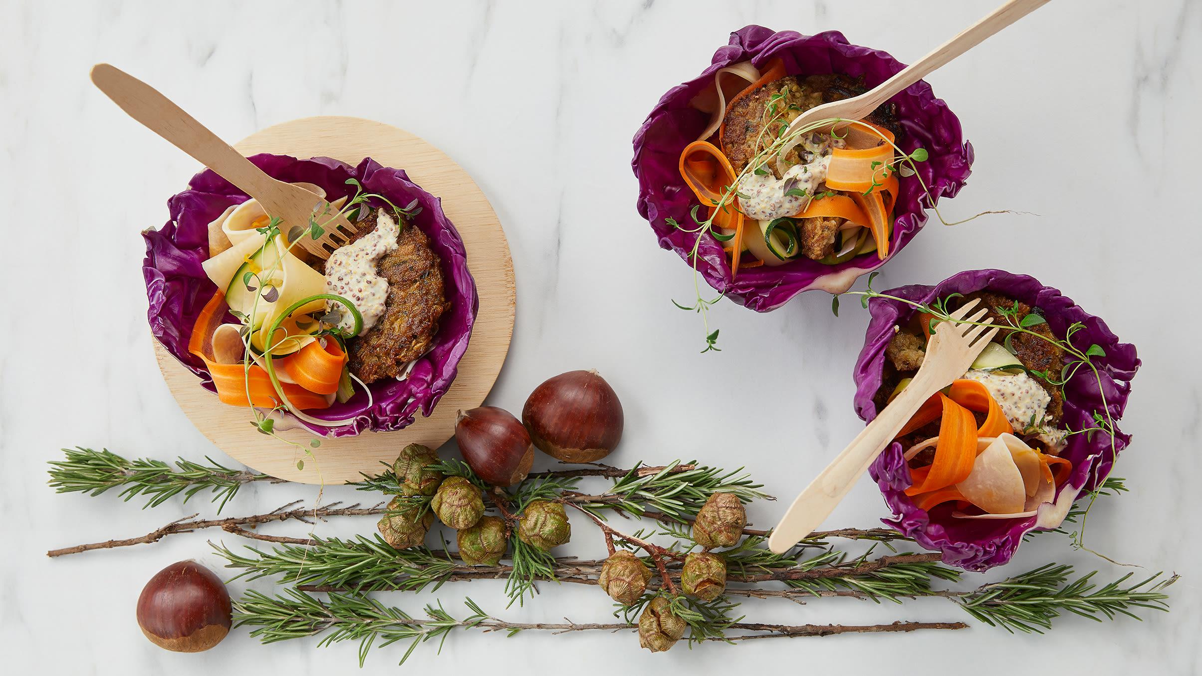 Vegisterkaker i dampende kålblader med syltede grønnsaker, salat og sennepsdressing