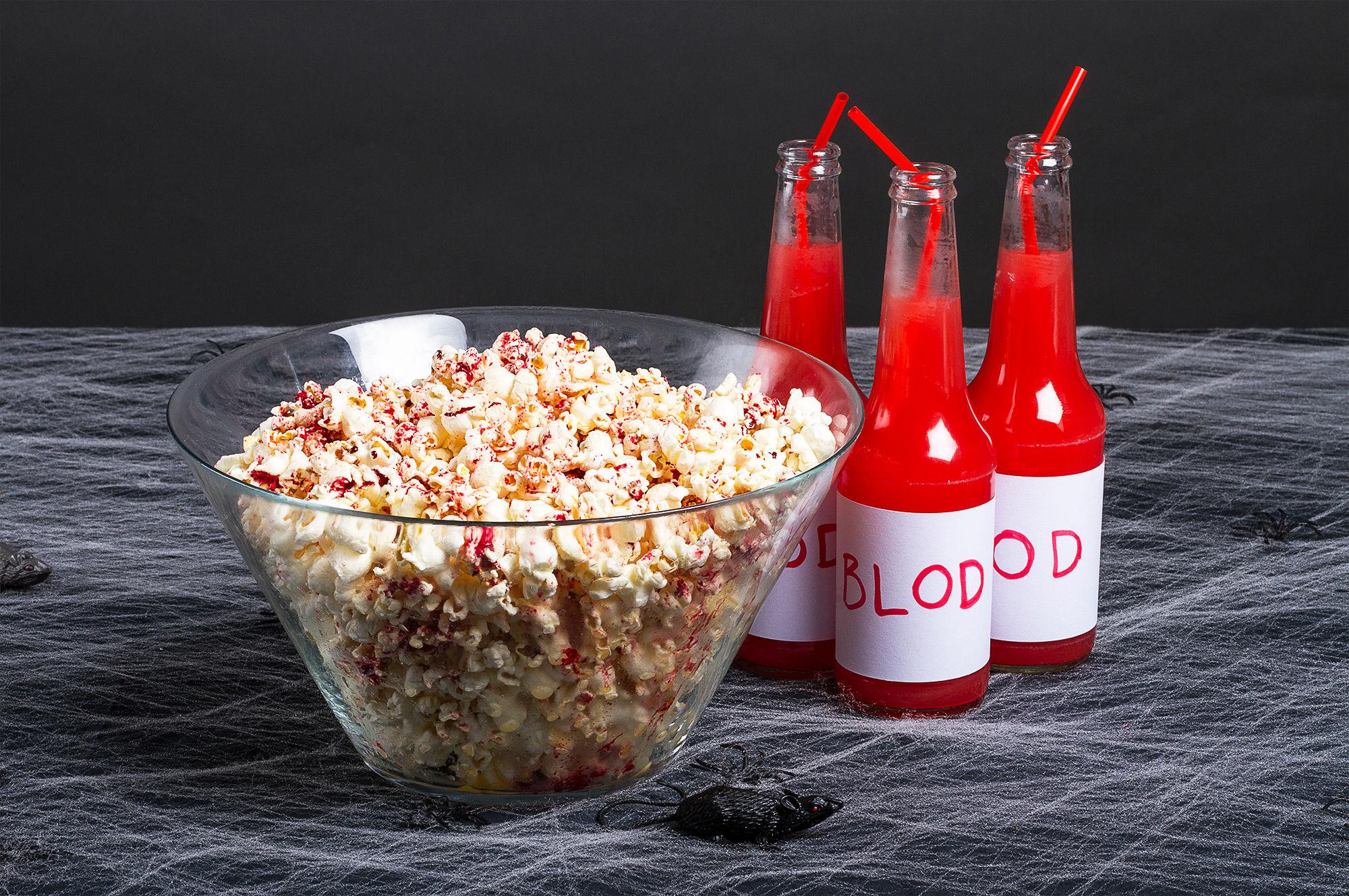 BLODIG: Blodige hjernemasser i form av popcorn. Enkelt og ekkelt.