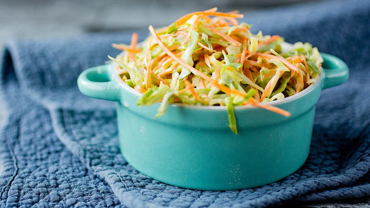 Slik lager du sommerens luftigste coleslaw
