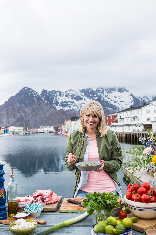 Tina Nordström lager grillet klippfisk med purreløk og tomatsalsa.