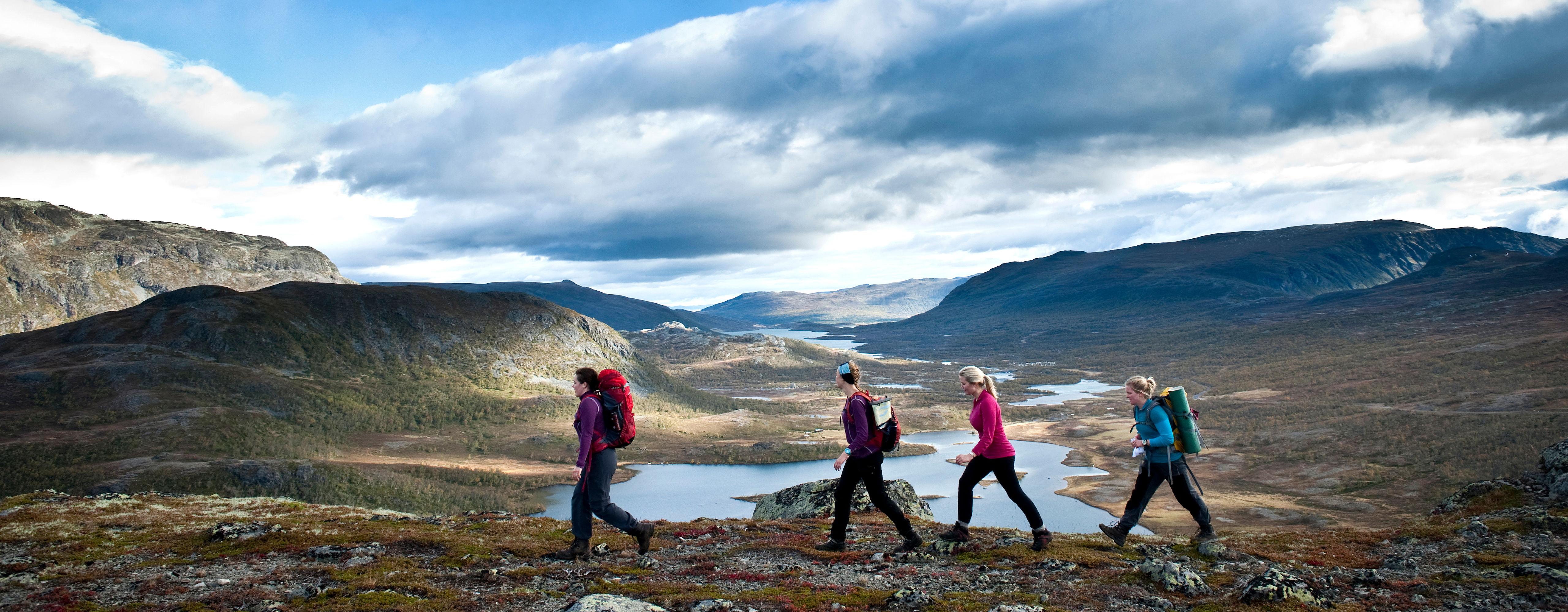 En sprek gjeng ute på tur i fjellet. Kiwi og DNT vil ha enda flere nordmenn ut på tur.
