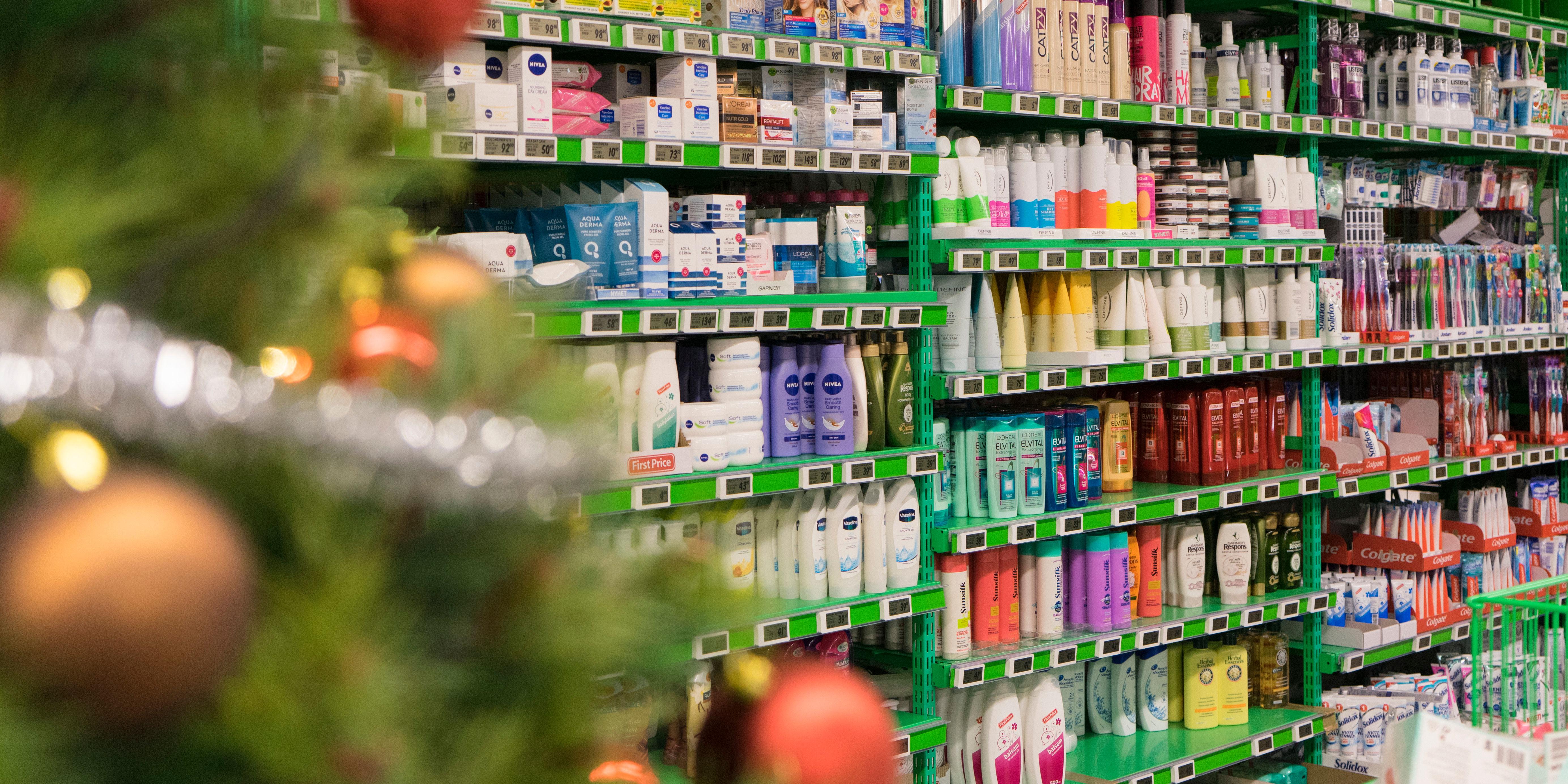 Kosmetikkhylla hos KIWI bugner av produkter som kan pakkes inn og legges under treet.