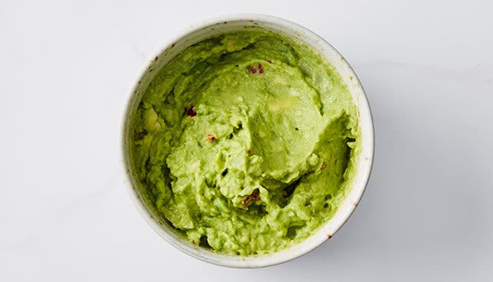 Guacamole passer til mer enn taco. Sammen med laks setter den en ekstra spiss på retten!
