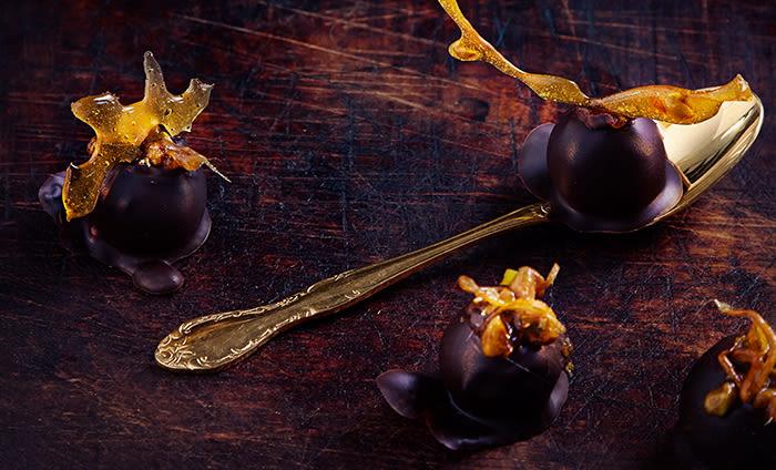 Marsipanen kan du forme til kuler og dyppe i mørk sjokolade.