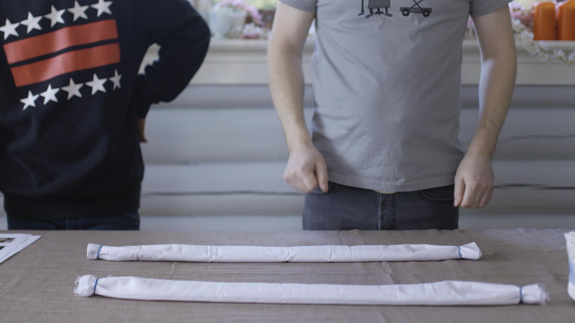 Brett en gasklut flere ganger og legg press på hver brett slik at den blir jevn og fin. Fest en strikk i hver ende av bleie slik at den holder seg sammenbrettet. Gjør dette med to kluter.