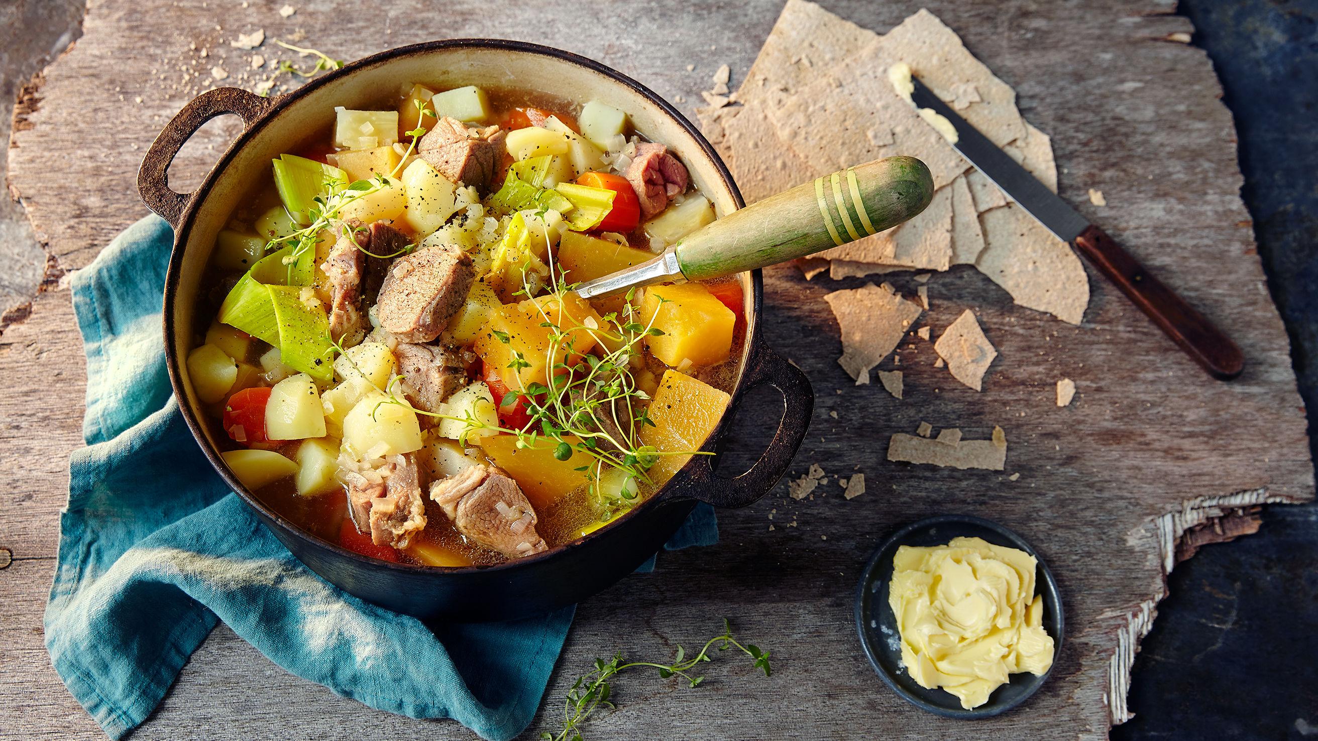 Kjøttsuppe med salt lammekjøtt.
