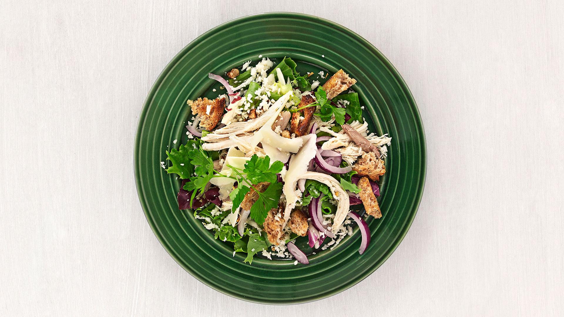 kyllingsalat med revet blomkål og krutonger