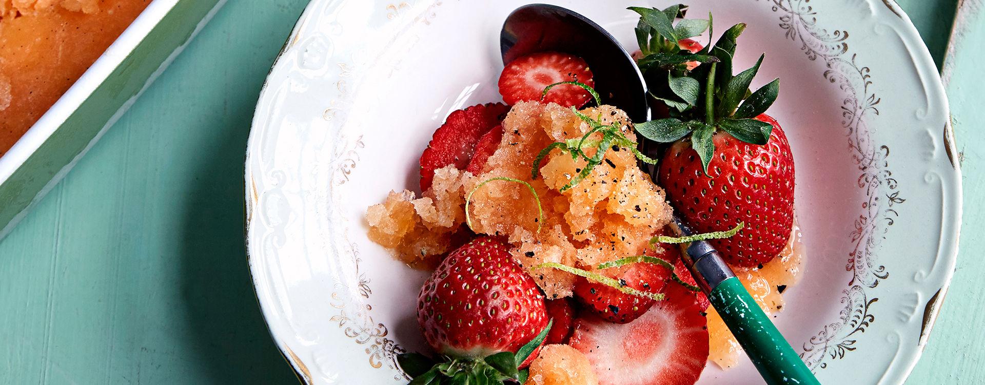 Jordbær med granité av cantaloupemelon fra Tinas sommer-oppskrifter.