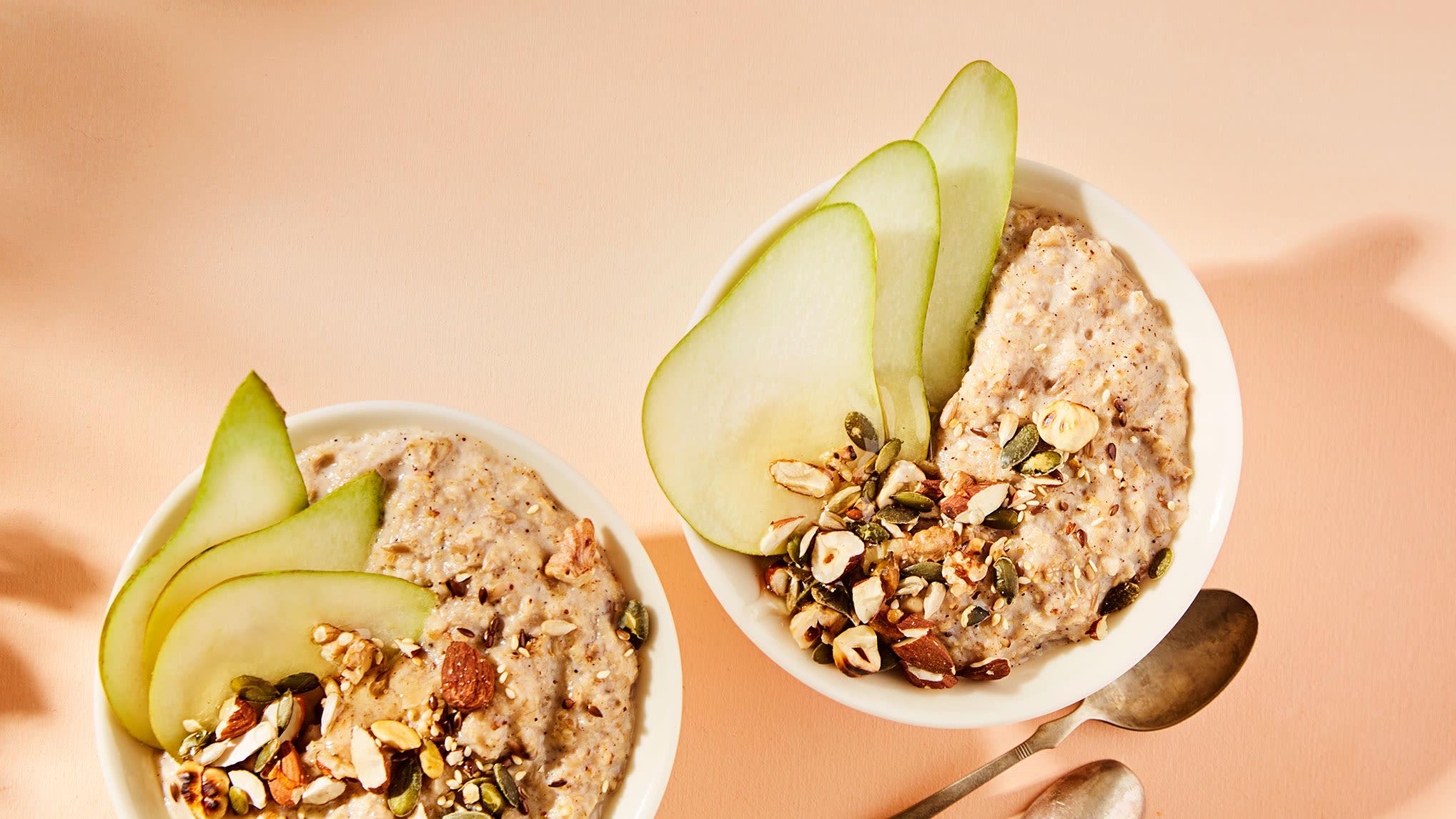Varier havregrøten din. Dette er en variant med pære og nøttemiks, krydret med muskat og ingefær