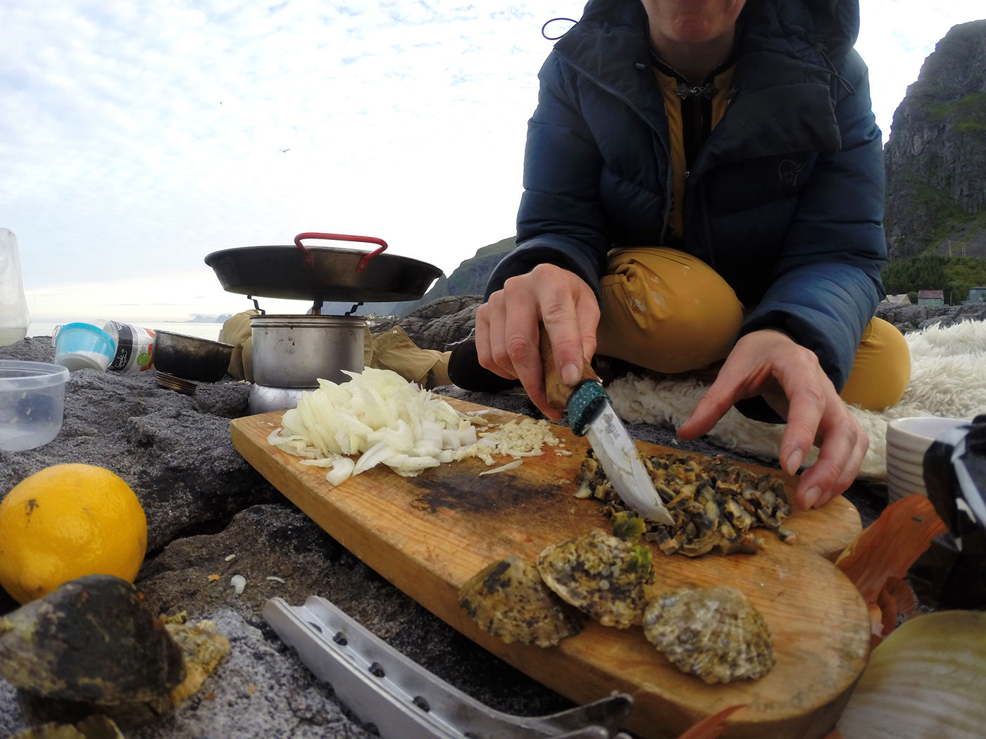 Elisabeth forbereder albueskjell til steking mens jeg ordner ild. Albueskjell har kraftig kjøttog god smak. Du finner dem nesten overalt.